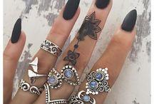 joyas  y uñas decoradas