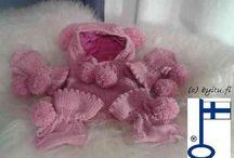 by itu - Tiivi-taavi settit - Baby / Tässä on 0-7 kk pienokaisille suunnittelemani by itu - Tiivi-Taavi-setti joka sisältä Tiitus-päähineen, Kauko-tumput ja Villehard-töppöset. Tiitus ja Kauko ovat flaneelilla vuorattuja.