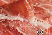 Serranos Duroc / NUESTROS SERRANOS.                                                                            Se obtienen de cerdos Duroc, criados en régimen intensivo, alimentados a base de piensos, los cuales tienen un alto porcentaje de cereales. El jamón serrano certificado como ETG (Especialidad Tradicional Garantizada), asegura un mínimo de 15 meses de curación, llegando a alcanzar los 24 meses.