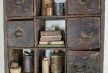 stary nábytek se šuplíky