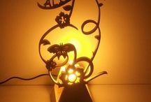 Lampes décoratives en bois / Toute notre gamme de lampes en bois réalisée artisanalement au chantournage.Des lampes design au lampes modernes ou romantique , un choix divers pour tous. Créées et inventées par le créateur.Un travail de dentelle sur bois