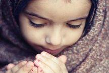Muslim Kids Praying / http://www.dawntravels.com/hajj.htm