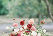 An autumn wedding/ Őszi esküvő / Augusztus végétől a költői dáliák is virágba borulnak - óriás fejeiktől hajladoznak bokraik. Az ősz minden szépsége beléjük lett oltva. Szeptemberben még javában tart a nyár virágpompája: új színfoltként nagy tömegben díszítenek a pillangóvirágok és az őszi rózsák... Október havától az élettel teli természet lassan elálmosodik - arany és vörös színű pizsamájába bújva, komótosan cammogva nyugovóra tér, betakarózik, majd elszenderül; átadja magát a téli hónapok csendjének. Őszi esküvői hangulatok.