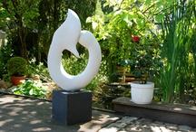 Kunst im Garten...... / Kunst als Gartenerlebnis Schon in der Antike wurden Gärten mit Skulpturen geschmückt – zur Verschönerung, als Zeichen von Reichtum, Macht oder Bildung. Heutzutage haben Gärten nicht mehr die Dimensionen für Götterstatuen. Trotzdem können auch in Privatgärten Skulpturen besondere Akzente setzen: auffällig oder harmonisch in die Bepflanzung integriert.Natur genießen und die Kunst in Ruhe auf sich wirken lassen....bei Bild&Raum