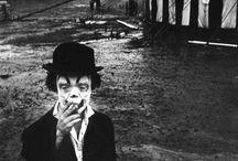 PHOT : Bruce Davidson / Bruce Davidson (né le 5 septembre 1933 à Chicago, Illinois) est un photojournaliste et réalisateur de documentaires américain, membre de l'agence Magnum Photos depuis 1958.  Il travaille presque exclusivement en noir et blanc et exclusivement avec des Leica M.