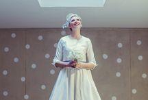 Hochzeit mit Punkten / Pünktchen am Gürtel eines Brautkleides, an der Fliege des Bräutigams, am Headpiece, auf der Hochzeitstorte, in der Deko... Rockabilly Braut mit 50er Jahre Brautkleid mit grauem Gürtel und weißen Punkten.