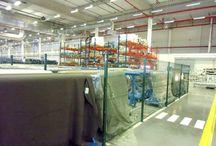 Panelový plot Nylofor 3D v interiéry v Košiciach - Referencia / Ploty sa stavajú aj v interiéry. Pri výrobných halách, skladoch a továrniach je často nevyhnutné oddeliť skladovacie priestory, vymedziť priestor prechodu osôb a vozidiel. Veľmi vhodný a rýchly spôsob ohradenia je inštalovať panelový plot na pätky. Pätky sa prichytia kotvami do betónoveho základu.