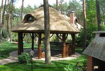 Altana drewniana kryta strzechą 2 / Proponujemy altany ogrodowe kryte strzechą z dowolnego rodzaju drewna o dowolnych rozmiarach. Realizacja na terenie całego kraju. Towar tylko na zamówienie.