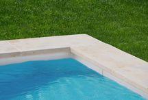 Margelles piscines / Les margelles, sont en pierres naturelles idéales pour les encadrements de piscine. Nous vous proposons des dallages extérieurs de qualité pour vos piscines et vos jardins.