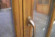 Drásané okná / Drásané okná pôsobia starobylo, historicky, viac prírodne. V zahraničí je o tento typ okien veľký záujem. V Európe napríklad v Anglicku, Taliansku, Rakúsku alebo Nemecku. Rakúšania napríklad na Slovensku už roky kupujú staré drevené trámy, ktoré napília, vydrásajú a z tohto dreva robia podlahy, nábytok, rôzne drásané skrine, komody.