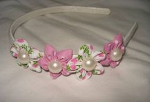 DIADEMAS OU TIARAS / Os diademas também conhecidos como tiaras são bem aceitos com arranjos de flores sejam em fuxico ou kanzashi.