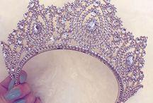 I s s a Q u e e n / Every Queen Needs Her Crown