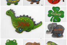 Magnesy  po Kaszubsku / Edukacja od najmłodszych lat.drewniana w kształcie zwierzątka/owoc/przedmiot  z nazwą po Kaszubsku oraz ze wzorami Kaszubskimi, ręcznie malowana wysokiej klasy farbami akrylowymi. Magnes wielokrotnie zabezpieczona lakierem bezbarwnym,