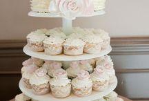 Düğün Pastası / Klasik, düz ve beyaz pastalar artık çok gerilerde kaldı! Düğün pastaları şimdilerde hiç olmadığı kadar renkli, eğlenceli ve yaratıcı. Adeta birer tasarım harikası gibi duran en yaratıcı düğün pastası fikirlerini sizin için seçtik. Aradığınız pasta fikrini henüz bulamadıysanız, listemize mutlaka göz atın. Eminiz, bu pasta fikirleri sizin de çok hoşunuza gidecek...