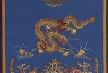 """Sárkányok / Kora gyermekkorom óta jelen van álmaimban a sárkány, hol """"hagyományos"""", európai formában, hol pedig kínai változatában jelenik meg, hol pedig a kettő különös keverékeként Bár a mi kultúrkörünkben többnyire népszerűtlen szereplő, távol keleten pedig a mai napig is sokkal pozitívabb és összetettebb szerepet töltött be.  További részletek:  A sárkány szimbólikája, Párbeszéd álmainkkal/Az álomszimbólum kiszótárazása http://astroconsult.ingyenblog.hu/az-alomszimbolum-kiszotarazasa.blog"""