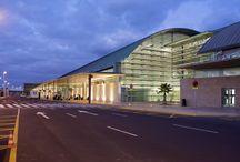Aeropuerto de Fuerteventura / Situado en El Matorral, a tan sólo cinco kilómetros de distancia de Puerto del Rosario, la capital de la isla, el Aeropuerto de Fuerteventura cumple un papel determinante en su desarrollo turístico.