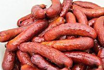 Recepty na vyzkoušení / Rybí klobásy Základní recept: -6 kg masa z ryb(vykostěného připraveného k mletí)- - 4 kg tučného bučku(vykostěného,odblaněného)- - 50 g česneku- - 200 g soli- - 20 g pepře- - 10 g kmínu- - 4 g majoránky- - 25 g pálivé papriky- - 60 g sladké papriky- - 6 vajec- - střívka k plnění- - asi 1,5 litru převařené vlažné vody-  Máme – li rybího masa jiné množství, na jeho hmotnost musíme množství ostatních surovin přepočítat. Upozorňuji že množství soli, které musíme vždy pečlivě odvážit