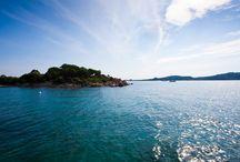 Sardynia / Idealne miejsce na niebanalny wypoczynek. Czyste plaże, ciepła woda, cisza, spokój i klimatyczne knajpki to coś o czym marzy każdy turysta, który naprawdę chce wypocząć z dala od tłumów. Takie miejsca nadal istnieją - przekonaj się o tym na własnej skórze i wybierz się z nami w magiczną podróż do szmaragdowej enklawy!