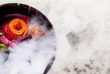 Kuchnia molekularna Restauracja Akademia / Dobre jedzenie często kojarzy nam się z domowym ciepłem i prostymi, swojskimi daniami, którymi raczyły nas mamy lub babcie. Choć potrawy tradycyjne i regionalne wciąż cieszą się dużą popularnością, szefowie kuchni starają się próbować czegoś nowego, wymyślając coraz to nowe sposoby na przyrządzanie smacznego jedzenia. Jednym z takich nowatorskich pomysłów jest tzw. kuchnia molekularna. Co oznacza to pojęcie i czym charakteryzują się tego rodzaju dania? http://restauracjaakademia.pl/