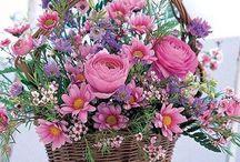 Arreglos florales en cestas de mimbre