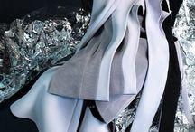 Muse / Kunstzinnig en artistiek modebeeld Plooien Draperieën Beweging Marmer effecten A- symmetrisch