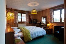 Chambres Hôtel La Vallée 3* / Le charme du bois et les couleurs chaudes dans un style typique jalousement préservé, vous rappelleront que vous séjournez à la montagne. L'hôtel dispose de 16 chambres (10 doubles, 1 triple, 2 junior suite pour 4 personnes, 2 single), 2 appartements et 1 dortoir 8 places. Capacité total en chambre d'hôtel: 33 personnes. Toutes les chambres disposent de lits twin.