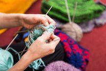 Handarbeit im Fokus / Im Fokus beschäftigt sich mit ganz besonderen Themen der Handarbeit. Das können Geschenkideen für Handarbeiter sein, oder ein bestimmtes Objekt wie Knöpfe oder Reißverschlüsse sein, jahreszeiten- und traditionsbezogene Inhalte werden besprochen und vorgestellt.