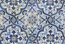 Magia kafli, czyli portugalskie azulejos / Wikipedia mówi tak: Azulejo – cienkie ceramiczne płytki, najczęściej kwadratowe, pokryte nieprzepuszczalnym i błyszczącym szkliwem. Powierzchnia azulejo jest jedno lub wielokolorowa, gładka lub z fakturą. Płytek azulejo używano jako elementów mozaik składających się z wielu, czasem ponad kilku tysięcy elementów, pokrywających całe ściany, oraz jako oddzielnych kompozycji dekoracyjnych.  my mówimy: magiczne azujolos!