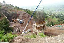 Z cyklu ULMA na świecie: Wiadukt w Acambay w Meksyku / W miejscowości Acambay w Stanie Meksyk, w ciągu drogi dojazdowej do autostrady Palmillas – Atlacomulco powstaje wiadukt oparty na filarach o wysokości 28 m. Do ich realizacji zastosowano system konsol wznoszących CR-250 wraz z deskowaniem Enkoform V-100 oraz pomosty zapadkowe KSP. Filary wykonywane są w taktach o wys. 3,85 m. Dostawcą systemów deskowań jest firma ULMA Cimbras y Andamios de México S.A. de C.V.