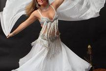 La Danza #Orientale con il #velo / Leggero, #romantico, vola e si riempie d'#aria e di #sogni... Accessorio classico della #danzadelventre, il velo crea atmosfere magiche!