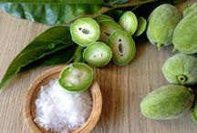 Friske umodne grønne mandler / En lille syrlig hapser!  Har du et mandeltræ, så er det lige nu, at der er friske umodne grønne mandler. Det er en lidt speciel frugt, som vi ikke er vant til at spise herhjemme. Det skal være mandler fra det ægte mandeltræ og ikke bittermandler.