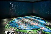 """Museo de Sitio Tlatelolco / Espacio interactivo dedicado al que fuera el mercado más grande de Mesoamérica, narra desde la arqueología, a través de aproximadamente 400 piezas halladas en lo que fue la ciudad prehispánica de México Tlatelolco. Además, cuenta con en el proyecto """"El cerebro y el arte"""", donde te acercas a una percepción visual, a través de la pintura mural prehispánica."""