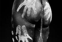 ISABEL MUÑOZ / Isabel Muñoz (Barcelona, 1951), Fotógrafa española de origen autodidacta y una increíble capacidad para asumir riesgos para enriquecer un lenguaje propio. Encontró en el cuerpo y los gestos sus principales series -Tango, Flamenco, Danzas Orientales- que le acercaron a una obra más social -Camboya, Turquía, Etiopía, Kurdistán, México-.   Sus fotografías, casi siempre en blanco y negro, son un estudio humano, usando un proceso minucioso y artesanal de revelado.