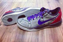 Nike Kobe 8 / Nike Kobe 8 tamamen performansı geliştirmek için tasarlandı. Ayakkabının üstündeki 4 özel işaret Kobe'in efsanevi maçlarının temeli olan isabetlilik, hız, vizyon ve odaklanmayı simgeliyor. Üstünde Kobe Bryant'ın imzasını taşıyan bu özel ayakkabıyı satın almak için hemen tıklayın! goo.gl/gcOskd