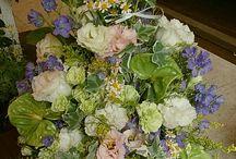お供え花、お供えのお花BFM / 天国にいる大切なお方へ お花の贈り物! 当店のフラワーアレンジメントを まとめさせていただきます。 http://www.basketflowermarkets.com