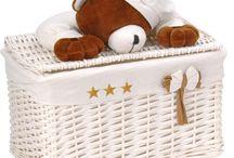 Toybox / Heel lief, dit berenmandje met een slapend beertje op het deksel.  In de mand een uitneembare en wasbare stoffen voering met sterren en een strik.  De mand is gemaakt van stevig riet.  Afmeting: 30 x 17 x 25 cm.