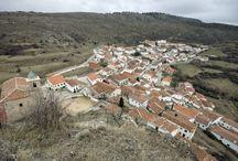 Huélamo / Huélamo está enclavado en la Serranía Alta conquense, a unos 62 kilómetros de la capital conquense, y es uno de los conjuntos urbanos más bellos de la comarca.