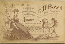 Cabinet Card Back and Photographer. / achterkant van antieke foto's.