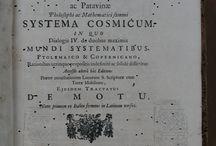 APADRINAT! Galilaei Galilaei ... Systema cosmicum in quo dialogis IV de duobus maximis mundi ...