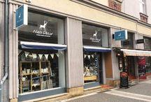 Náš obchod Niels Decor / Náš obchod se nalézá v centru Hradce Králové, na pěší zóně na adrese Čelakovského 503. Naleznete u nás bytové doplňky a dekorace v moderním i severském romantickém stylu a také dárečky pro své blízké.