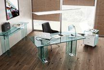 FIAM glazen bureaus / GlazenDesignTafel heeft een uitgebreid assortiment glazen bureaus met ieder een uniek design. Ontworpen door Italiaanse kunstenaars en geproduceerd in Pescara, Italië. Glazen design bureau, voor uw woon- of werkomgeving.