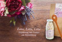 """Love, Love, Love! / Lassen Sie sich verführen von feinen Geschenkideen und liebevollen Präsenten für einen perfekten Valentinstag!  Verwöhnen Sie Ihre Lieben mit unserem köstlichen Milchreis, verfeinert mit kleinen roten Zuckerherzen - zusammen verpackt mit dem herzigen Bambuskochlöffel wird es garantiert ein Valentinstag-Geschenk, was Herzen öffnet. Auch unsere neueste Präsentkreation """"VALENTIN ESSENTIAL - Mrs. Valentine"""" ist das ideale Geschenk für alle Valentins und Valentinas in diesem Jahr!"""