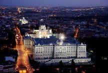 Madrid / Madrid, capital de España, con una ubicación privilegiada en el centro de la península, es el centro cultural e institucional del país. Con el Aeropuerto de Barajas a tan solo 20 minutos del centro de la ciudad, y conectado mediante transporte público, es el aeropuerto más importante de la península y durante 2012 recibió más de viajeros.