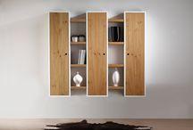 COLONNE SOSPESE / Struttura in legno laccato bianco con ripiani registrabili. Anta in legno rovere nodato spazzolato, finitura opaca, essenza al grezzo.