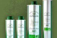 // Huile d'Olive Papillon Bio / Fruit du travail d'oléiculteurs passionnés, l'huile d'olive Papillon bio est issue d'un judicieux mélange de deux variétés d'olives : l'Arbequine et la Koroneiki, classées parmi les plus goûteuses.