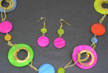 Parure fantaisie / L'avantage d'un collier fantaisie et de ses boucles d'oreilles assorties