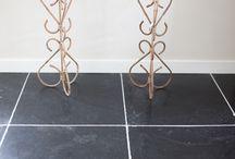 Fam. Veringa - Harappa Stone Black Anticato / Voor onder andere in de woonkamer en keuken wilde de Fam. Veringa graag een mooie natuurstenen vloer en het liefst een verouderde tegel.  Na het zien van meerdere tegels heeft de Fam. Veringa gekozen voor de Harappa Stone Black Anticato. Wij hebben deze vloer mogen leveren en hieronder kun je het resultaat bekijken.