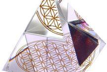 Glas-Kristalle / Hier finden Sie alles rund um das Thema Glas-Kristalle: Regenbogenkristalle von Swarovski, Energie-Pyramiden mit der goldenen Blume des Lebens, Wahrsager-kugeln / Kristallkugeln und noch mehr.
