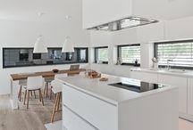 Holzdielen und weiße Küche