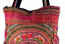 Kamalla's Taschen / Boho Taschen mit hippigen Ethno Motiven und Hippie Look  Bestickte Taschen, Taschen mit Spiegeln verziert, Umhängetaschen, indische Ledertaschen. Vielseitig ist das Kamalla Angebot. Besonders beliebt sind unsere Sadhu Bags. Diese schönen Schultertaschen in vielen Designvarianten bieten eine Menge Platz. Ideal zum Shoppen, für den Strand und für unterwegs.